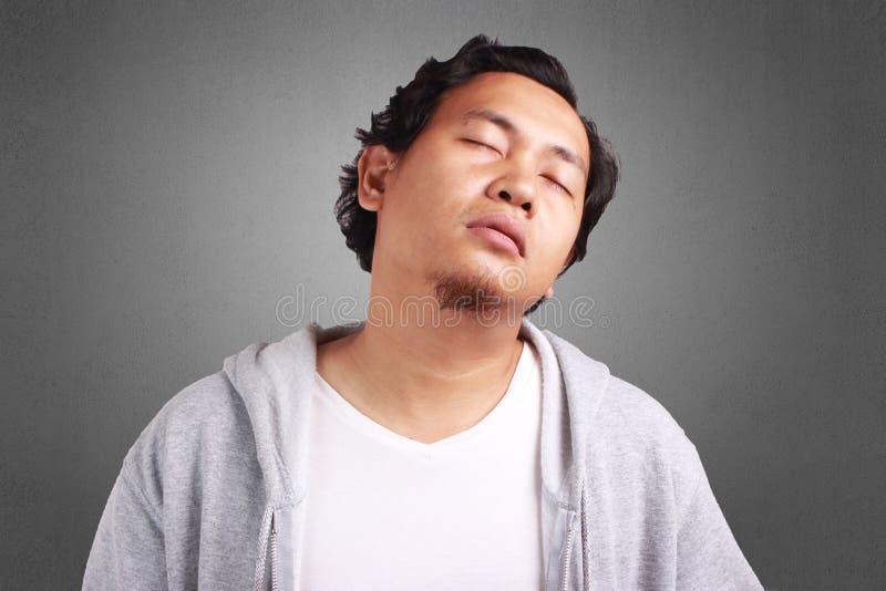 年轻人疲倦,头昏眼花的姿态 免版税库存图片