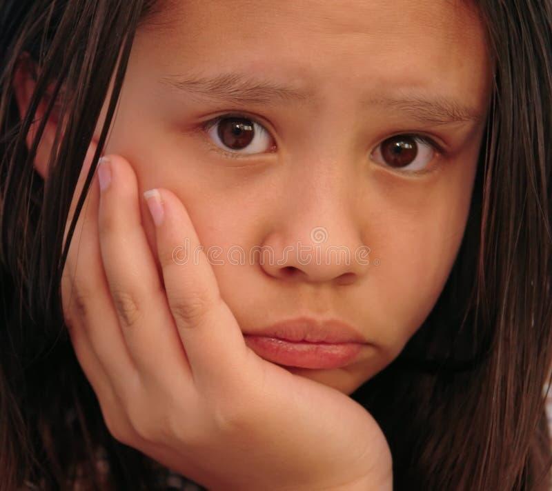 年轻人的接近的女孩悲伤 库存照片