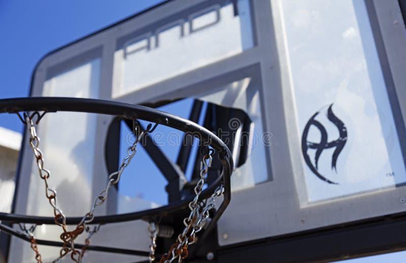 年轻人的残破的篮球篮子在Robacks地区 库存图片