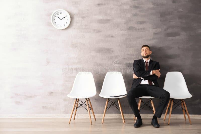 年轻人等待的采访 免版税库存照片