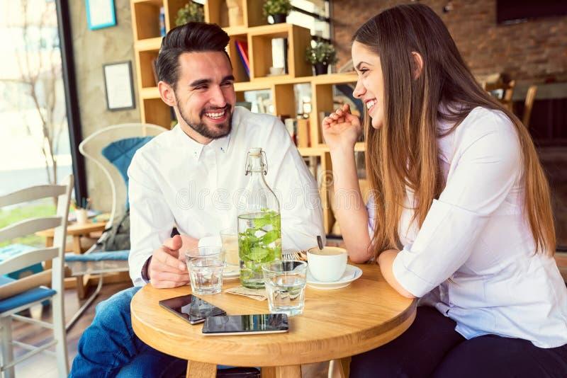 年轻人结合食用咖啡 免版税库存照片