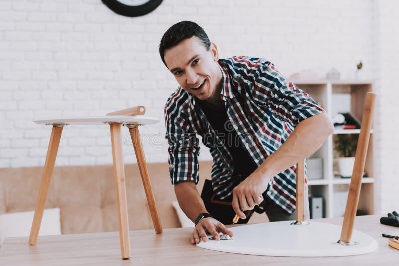 年轻人聚集的咖啡桌和凳子 图库摄影