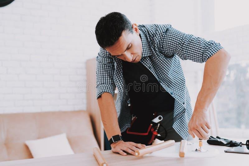 年轻人聚集的咖啡桌和凳子 免版税库存图片