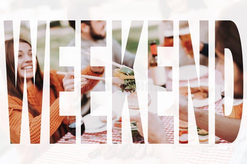 年轻人获得在周末烤肉的乐趣 库存图片