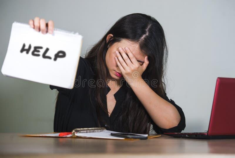 年轻人被注重的和被淹没的沮丧的女商人工作和用尽了作为公司公司雇员请求帮助desper 库存图片