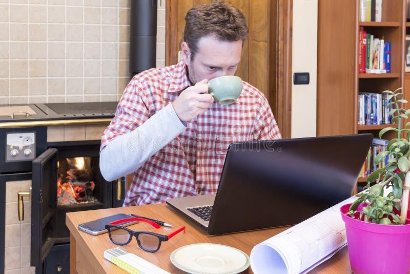 年轻人通过互联网连接遥远地工作 免版税库存图片