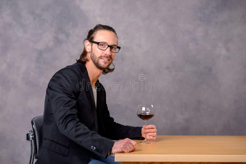 年轻人饮用的红酒 库存图片