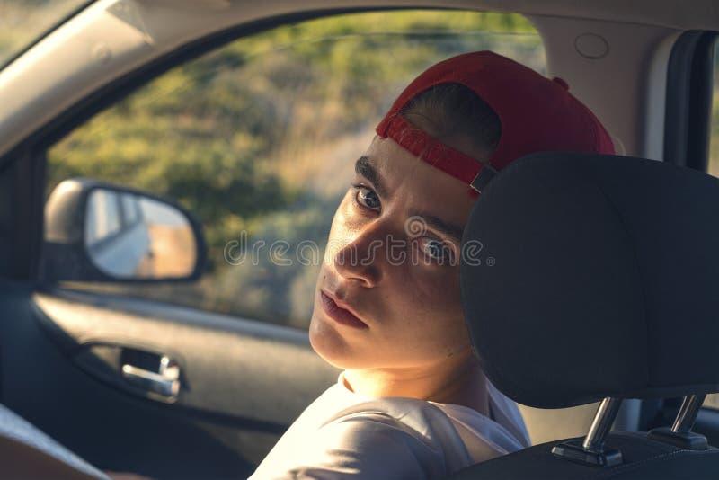 年轻人,坐在汽车 免版税库存照片