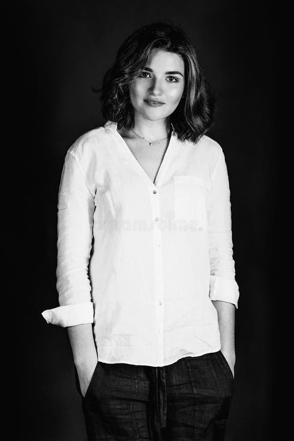 年轻人,有短的棕色头发的美丽的微笑的妇女女演员单色Portraite  库存图片