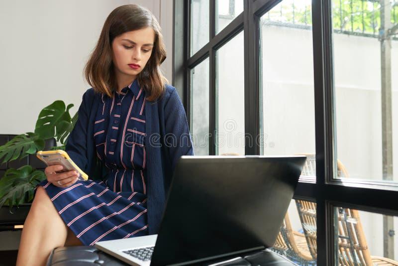 年轻企业夫人在工作 免版税库存照片