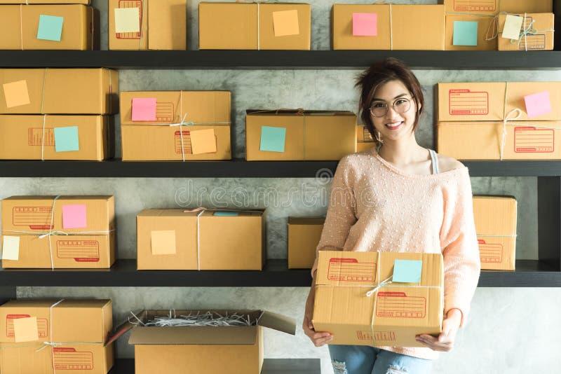 年轻企业家,少年企业主在家工作,阿尔法 免版税库存照片
