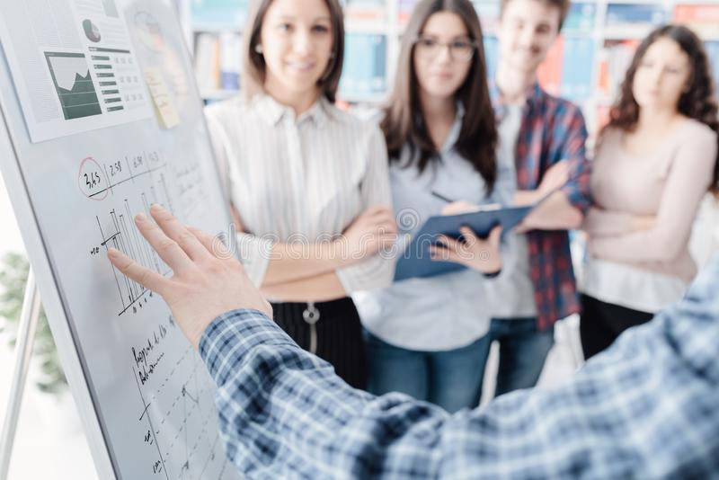 年轻企业队会议和谈论项目 免版税库存照片