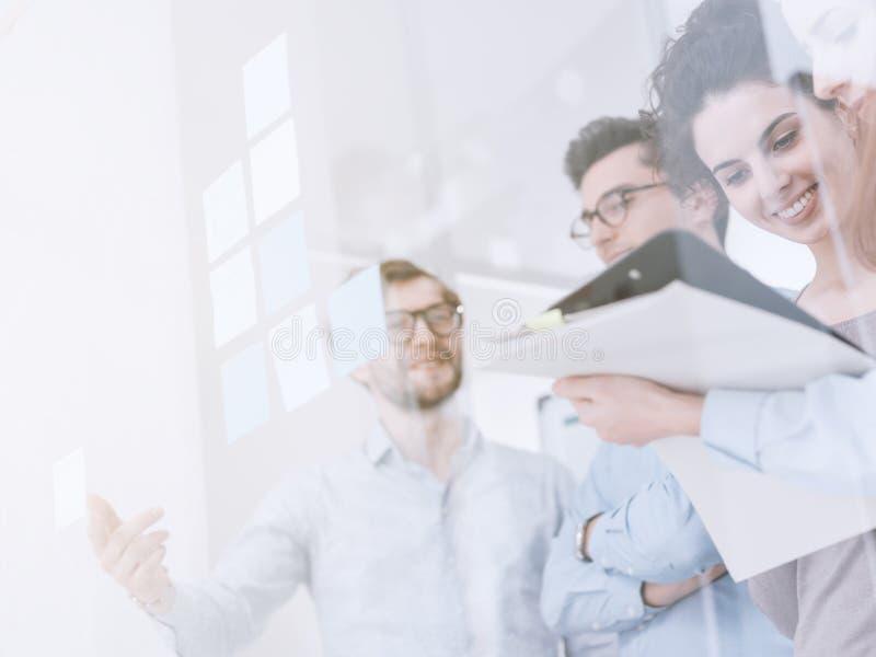年轻企业队会议在办公室 免版税库存图片