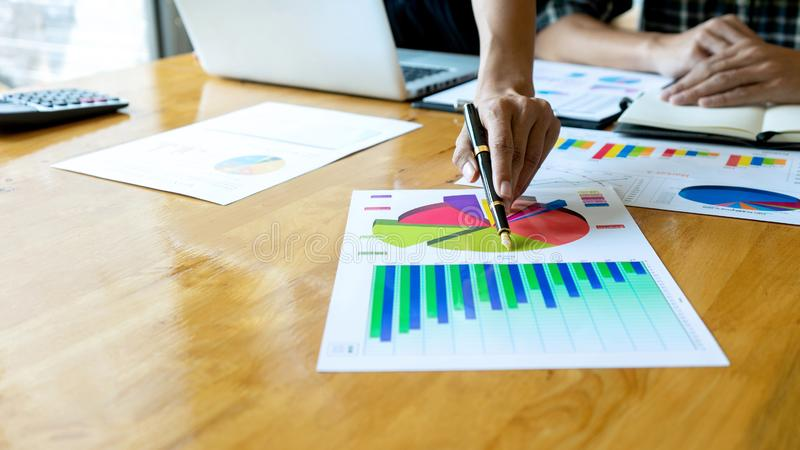 年轻企业队在一次小会议在办公室 免版税图库摄影