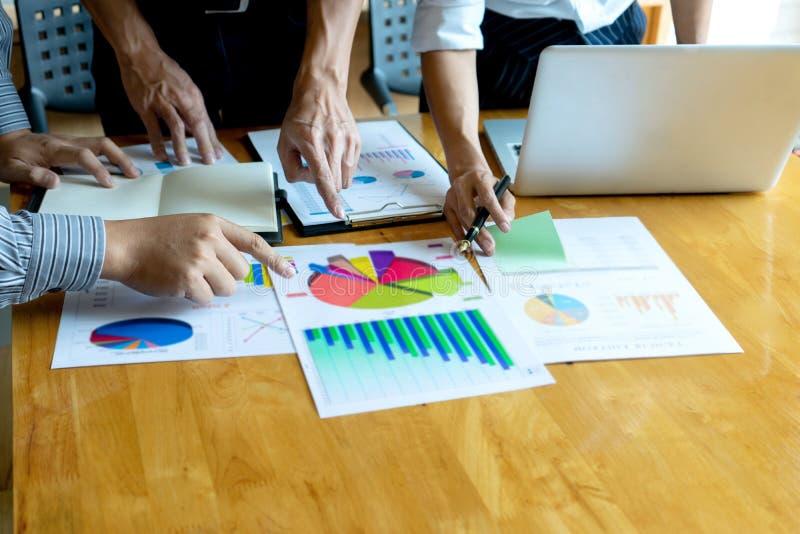 年轻企业队在一次小会议在办公室 库存图片