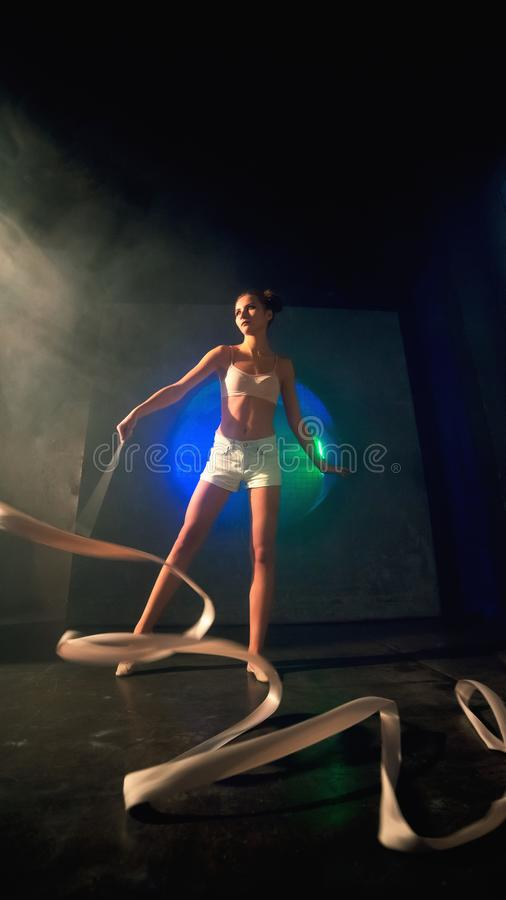 年轻体操运动员妇女训练的轻率冒险与体操磁带的 免版税库存照片