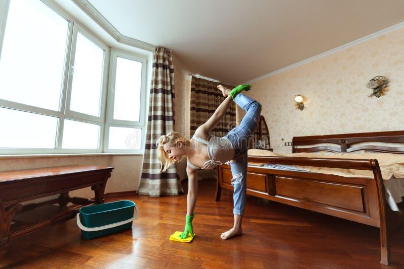 年轻体操运动员洗涤地板 库存图片
