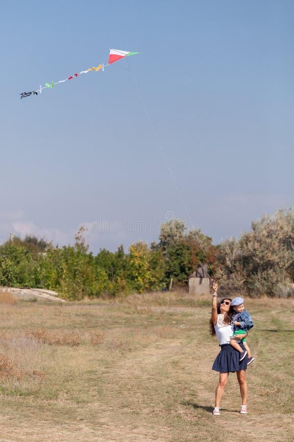 年轻使用与风筝的母亲和她的儿子 库存照片