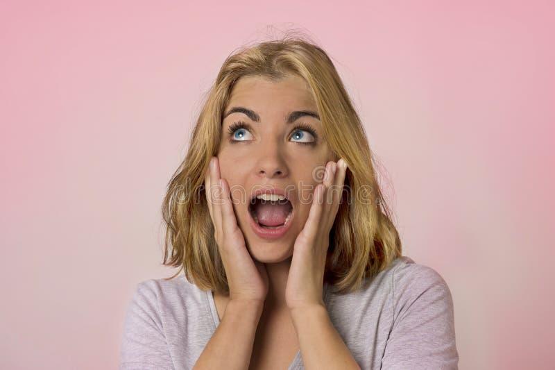 年轻俏丽和可爱的白肤金发的白种人女孩画象有美丽的蓝眼睛的在她20s激动的和愉快查寻 免版税库存照片