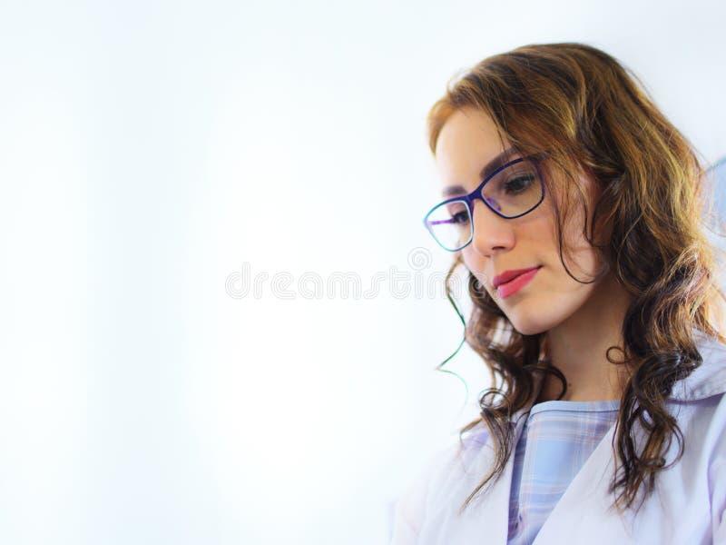 年轻俏丽的妇女医生实验员 免版税库存图片