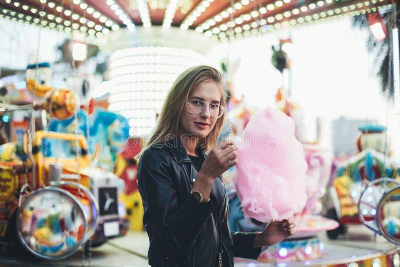 年轻俏丽的妇女博客作者用棉花糖 库存图片