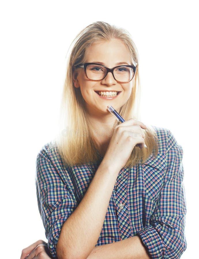 年轻俏丽的摆在情感的玻璃的学生现代白肤金发的女孩 免版税库存图片