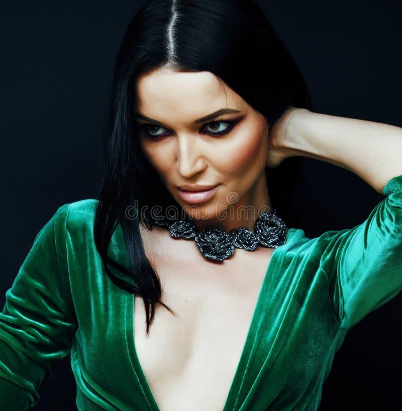 年轻俏丽的深色的妇女时尚穿戴了,明亮的构成, eleg 免版税库存图片