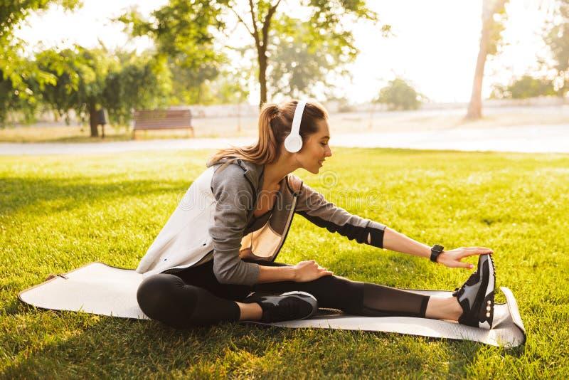 年轻健身妇女20s照片运动服解决和s的 库存图片
