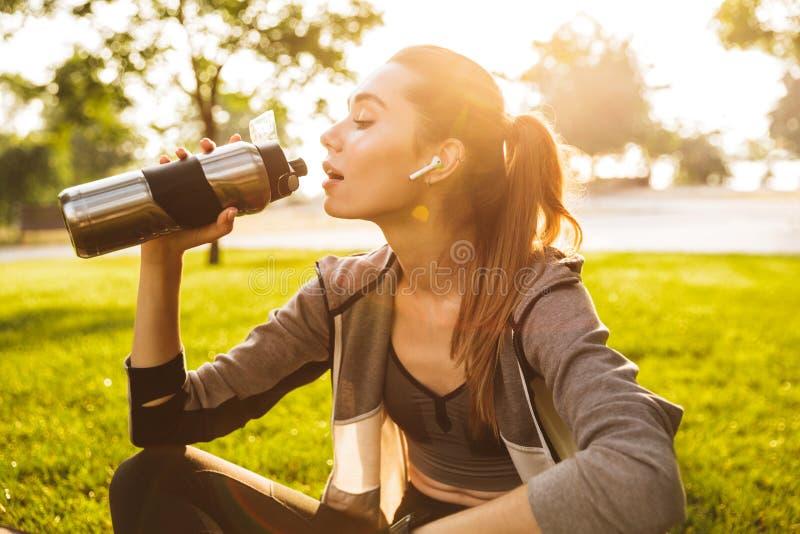 年轻健身妇女20s照片运动服饮用水的fr 库存照片