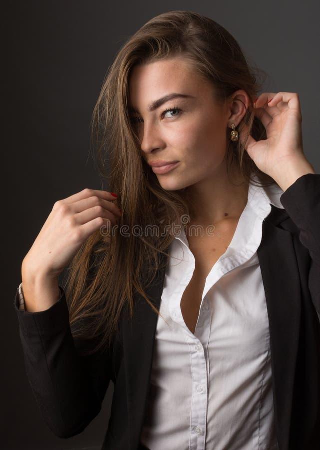 年轻典雅的性感的亭亭玉立的深色的妇女高档时尚画象  图库摄影