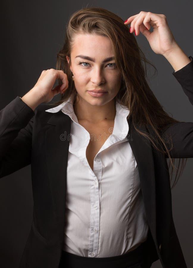 年轻典雅的性感的亭亭玉立的深色的妇女高档时尚画象  免版税库存图片