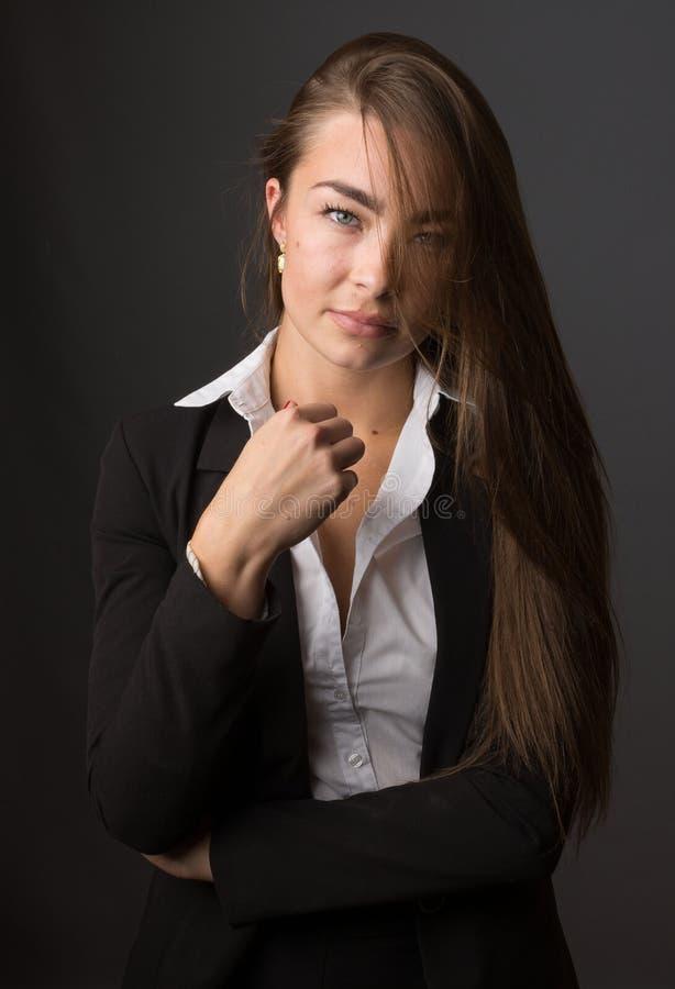 年轻典雅的性感的亭亭玉立的深色的妇女高档时尚画象  库存图片
