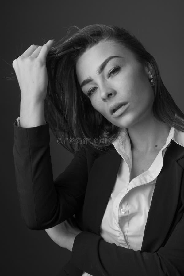 年轻典雅的性感的亭亭玉立的深色的妇女高档时尚黑白画象  库存照片