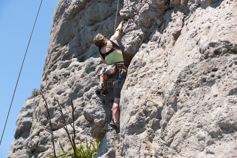 年轻冒险人攀岩 免版税库存照片