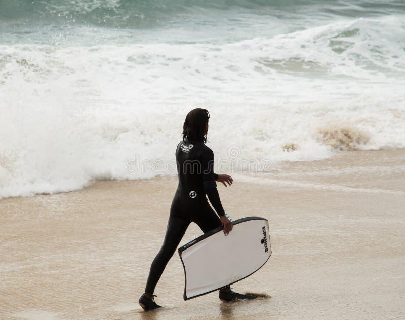 年轻冲浪者和海浪 库存照片