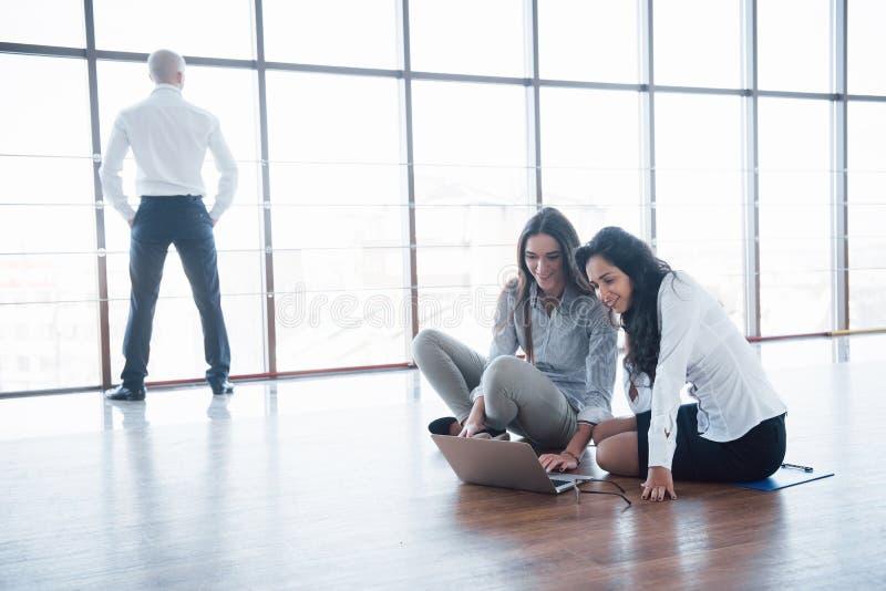 年轻创造性的人在现代办公室 小组年轻商人与膝上型计算机一起工作 自由职业者 库存图片