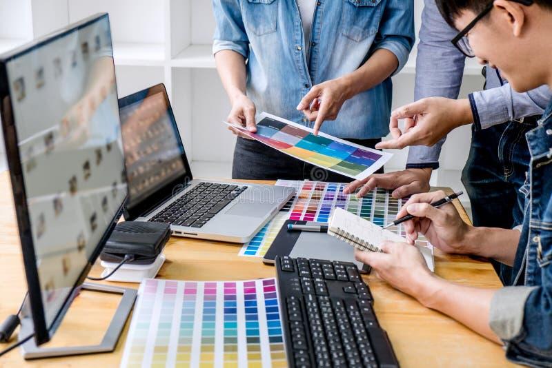 年轻创造性的队开会议在创造性的办公室、建筑图画与工作工具和辅助部件,颜色样片 免版税图库摄影