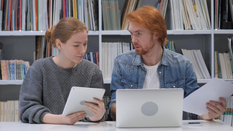 年轻创造性的队有一次交谈在工作的办公室 库存图片
