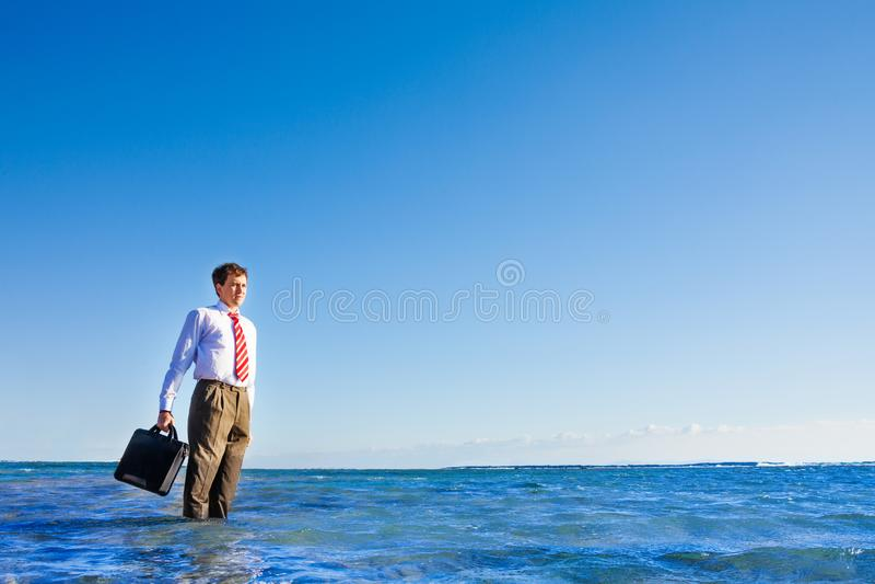 年轻办公室白领工人立场在海 免版税库存图片