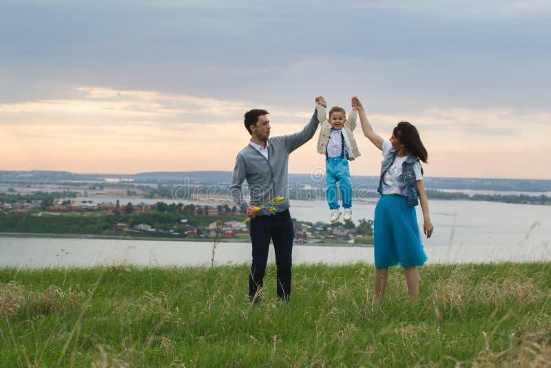 年轻加上儿童跳舞和有乐趣本质上-在河前面 图库摄影