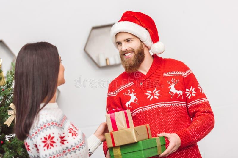 年轻加上圣诞节礼物 库存照片