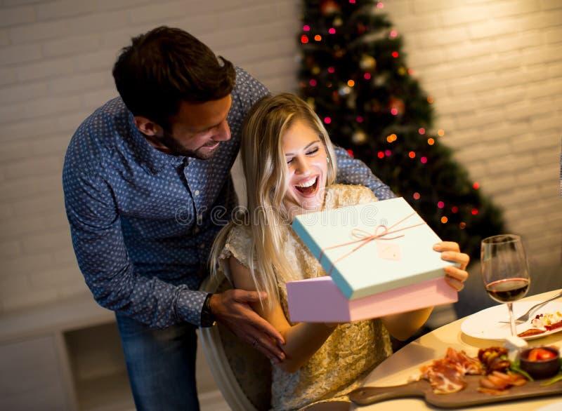 年轻加上在圣诞节时间的礼物 库存照片