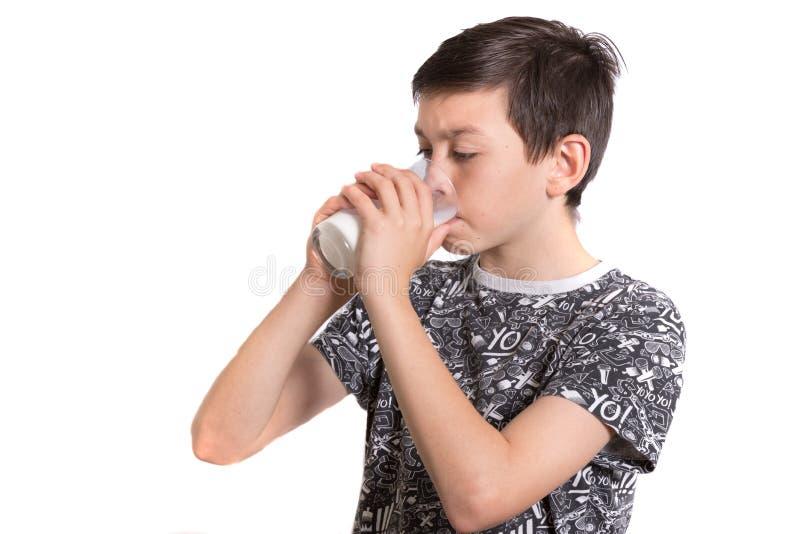年轻十几岁的男孩饮用奶 免版税图库摄影