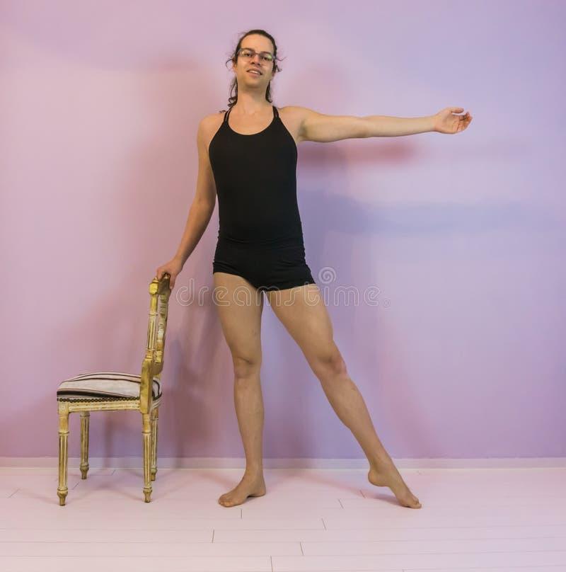 年轻变性女孩实践的芭蕾,ronde jambe古典舞蹈移动,在跳舞的体育的LGBT 库存照片