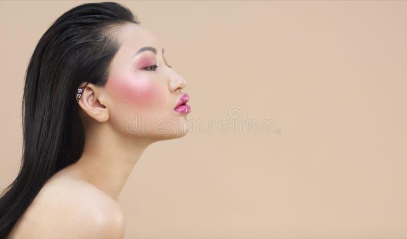 年轻可爱的亚裔妇女秀丽画象有明亮的组成 免版税库存图片