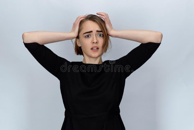 年轻可爱的妇女画象有一担心,害怕前的 免版税库存图片