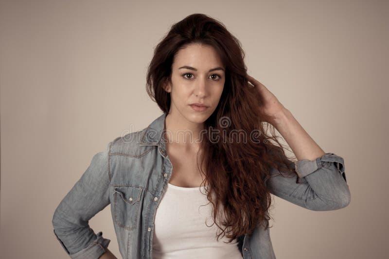 年轻可爱的妇女画象有笑容和美丽的红色卷曲长发的 E 免版税库存图片