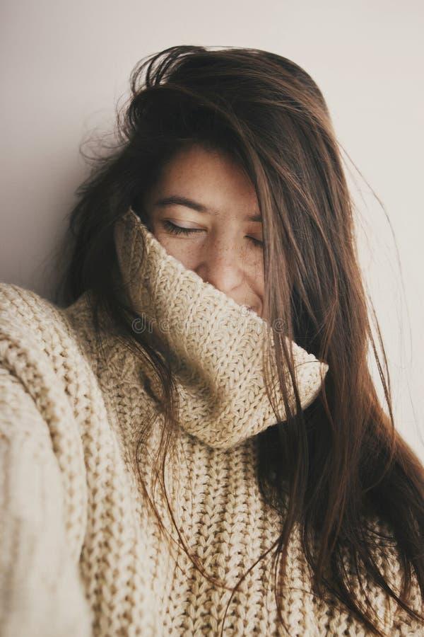 年轻可爱的妇女画象没有构成的在被编织的swe 图库摄影
