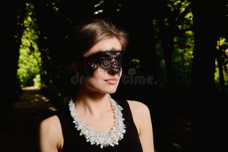 年轻可爱的妇女穿性感的透明黑礼服 年轻女人现代画象 库存照片