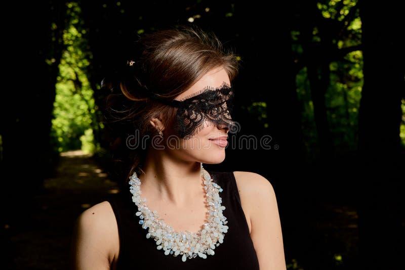 年轻可爱的妇女穿性感的透明黑礼服 年轻女人现代画象 免版税库存照片